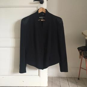 """Smuk blazer med """"silke/satin""""-detalje på skuldrene."""