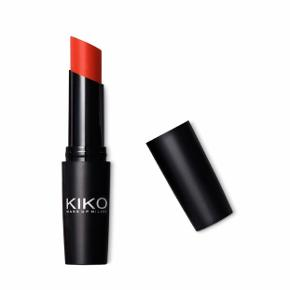 Prøvet en gang. Fin rød læbestift fra Kiko Milano. Billedet viser dens stand.   Lipstick with high-shine, glossy finish.  Ultra Glossy Stylo  Glossy, high-shine lipstick     The shine of a gloss with the colour intensity of a lipstick. Gliding and comfortable on lips, Ultra Glossy Stylo coats lips with creamy, blendable colour - from the sheer to the most intense.  Jeg glæder mig til at handle med dig! ☺️  Tag også gerne et kig på mine andre annoncer. ☺️