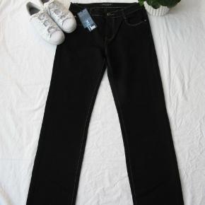 Mærket hedder Bb.S Jeans  Det er en 44, men som det fremgår af målene, er de fleksible.  Livvidde ca. 85-93 Indvendig benlængde ca. 82 Skridtlængde foran ca. 26 Skridtlængde bagpå ca. 39  70% bomuld, 25% polyester og 5% elasthan.  Jeg tager desværre ikke billeder med tøjet på.  Jeg handler også via mobilepay.