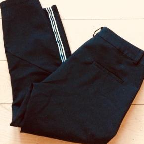 Mega fede selskabs bukser, med sej hvid stribe i siden, skrålommer med lynlas, let stump, så de er SÅ fede til stiletter. Brugt få gange, LIV= 40 NY 700 bud fra 200pp + Gbyr handler gerne mobilpay sender med DAO
