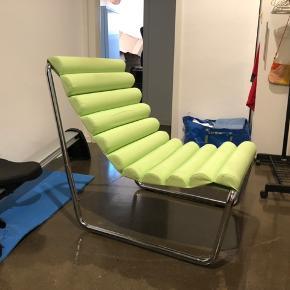 Cool retro lænestol. Købt i Oslo. Selve stolen er i god stand, men der er brugsspor som ses på billede 3. Kan ses og hentes i Odense, evt København efter aftale.