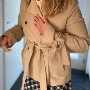 Brugt meget få gange, men der mangler en knap på jakken - har stadig knappen, så den kan sagtens syes på igen :-) Er åben for bud.
