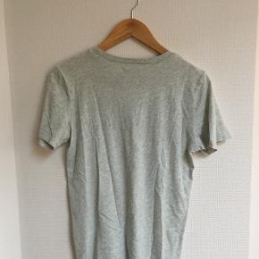 Abercrombie & Fitch t-shirt i str S. Sidder ret oversized så passer fint str M også. Brugt 2 gange