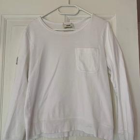 Mads Nørgaard trøje med fin detalje på det ene ærme og en lille lomme på brystet.
