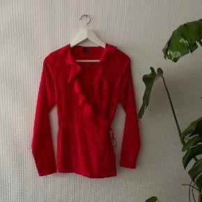 Sød wrap bluse fra Vero Moda ✨  NB: Prisen er fast & eksl. fragten.  Tager derfor ikke i mod bud.