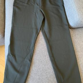NYE Robell bukser i lækreste kvalitet. Tænker de er lidt små i str. Taljemål 112 cm Materialet er polyester, viskose, bomuld og elastan.  Indb benlængde ca 77 cm.