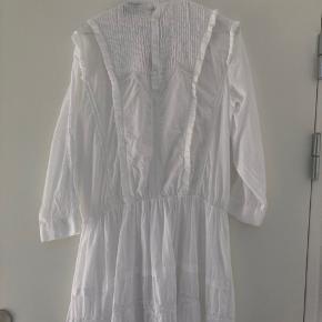 Sælger min fine Ravn kjole, da jeg aldrig har brugt den. Den er kun prøvet på. Nypris: 1300kr BYD gerne😁 Fragten bliver lagt oveni prisen  Tjek mine andre annoncer ud❤️