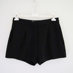 Sælger disse fine sorte shorts fra Acne. Str. 38 og fin stand.  Det sidste billede viser pasformen.  Byd gerne :-)