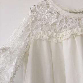 Smuk hvid bluse med de fineste blonder 💓