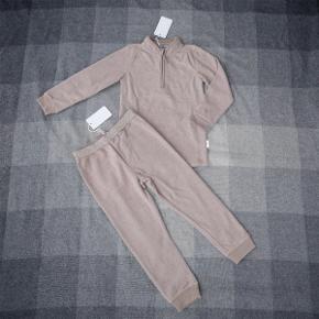 Varetype: *NYT* 2-delt fleece sæt med trøje og bukser BEMÆRK: Størrelsen hedder 110-116  Lækkert fleecesæt fra PompDeLux, som aldrig har været brugt - stadig med mærker.  Bemærk: størrelsen hedder 110-116.  Bud fra 140 kr. pp.  Jeg bytter ikke, men handler gerne via Mobilepay :-)