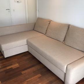 """Jeg sælger min sovesofa grundet flytning og den vil blive for stor til mit kommende hjem. Sofaen er 3 år gammel. Den fremstår som næsten ny.   Sofaen kan samles spejlvendt, hvilket gør det lidt mere mobilt at have med at gøre i form af indretning osv.   Det er en 3-personers sofa og sengen, når den slåes ud, fungerer som en halvandenmandsseng.   Sofaen er fra IKEA og hedder """"Friheten"""". Farven er beige.  Nypris for sofaen var/er 2.499kr.    Længde: 230 cm Dybde: 151 cm Højde: 66 cm Sengebredde: 140 cm Sengelængde: 204 cm"""