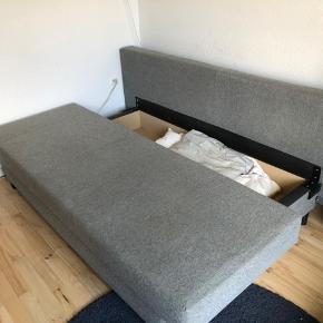 Asarum sovesofa fra Ikea. Sovesofaen er nem at lave om til en seng, og under sædet er der god opbevaringsplads til fx sengetøj.  Sovesofaen er blevet brugt både som sofa og til at sove på i nogle år, men har ingen markant slid og er i fin stand.  Np: 1799 kr. Mp: 699 kr.  Køber henter selv sovesofaen i Hadsten.