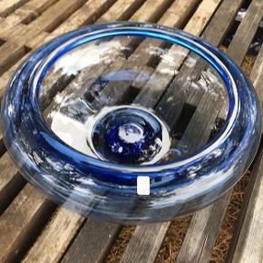 Stor skål fra Holmegaard. Designet af Per Lutken.  H. 12,5 cm og Ø. 36 cm. Fremstår i flot stand. Pris 450,- kroner.