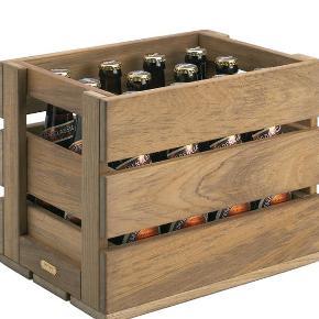 Med Dania ølkassen indfører Skagerak den rustikke trækasse i den moderne tid.  Den klassiske trækasse er blevet glemt de seneste år. Nu præsenterer Skagerak denne eksklusive, smukke og elementære fortolkning. Den høje æblekasse imponerer med sin karakteristiske form udført i udvalgt teaktræ. Den skaber en hyggelig og nostalgisk stemning i det moderne hjem.  Som navnet antyder, kan Skagerak ølkassen i træ anvendes til opbevaring af øl og andre drikkevarer. Den kan rumme 12 almindelige ølflasker eller 24 øldåser. Æblekassen i træ fra Skagerak kan også bruges til opbevaring af legetøj, vasketøj, frugt, grøntsager og andre ting.  H: 25 cm D: 22 cm L: 31 cm - 2,5 kg   Førpris 700 kr  Obs: har fået teak olie