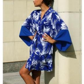Smuk japansk-inspireret kimono med sommerfugle ærmer, sidelommer og bindebånd.  Det er den lange model!!!   Str S/M i 100% polyester.   Brugt en gang til en bryllups reception og er som ny.   Bytter IKKE.   Prisen er fast!!!