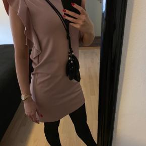 Super fin kjole med fine detaljer i ærmerne og lynlås bagpå.   Aldrig brugt.  Nypris var: 700,-