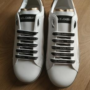 Jeg sælger Helt Nye Dolce&Gabbana Metallic-Trimmed leather and Rubber sneakers White 43 + kvittering  hurtig pris 2000