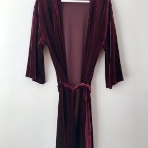 Skønneste kimono med tilhørende bukser i blød, bordeaux velour fra Moss Copenhagen 🤎   Perfekt at hygge i derhjemme men bestemt også værdigt til en tur ud med høje hæle ❣️   Kimonoen er onesize og bukserne er str. S. De har dog elastik i livet så kan sikkert også passes af en XS eller M.   Ønskes du blot at købe en af delene, sælges de separat for 150 kr.