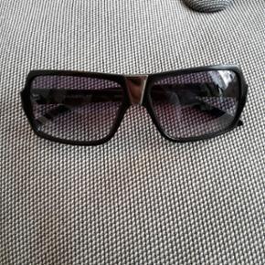 Gamle Chanel Solbriller. Ægte. Afstand mellem stængerne ved glassene: 13 cm.