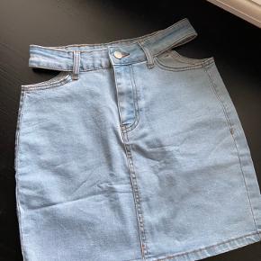 Super fin nederdel, som er købt i udlandet. Nypris og mærke huskes ikke. Har ikke været brugt.