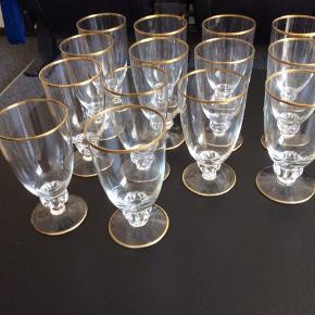 14 Snapseglas og 14 ølglas.  Tror de hedder Gisselfeldt. Alle med flot guld.