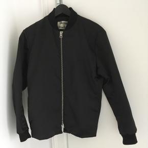 Fuel shine jakke fra Acne Brugt meget få gange, er i perfekt stand.  Nypris: 3500kr