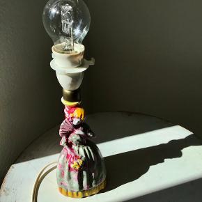 Ny pris !  Vintage porcelænslampe og skærm med patina har fået nyt liv....en kunstnerisk sjæl har været inde over med farverne. Ja... det har jeg. Det må være ren unika. Foruden den lyser, skaber den liv og farve i rummet. Med skærm måler den 34 cm.