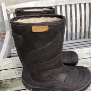 Termogummistøvler i brun fra Move Oprindelig købspris: 400 kr.  Virkelig praktiske og gode vintergummistøvler (termo) med fór. De er blot brugt i en halv sæson, da drengen voksede ud af dem, så de er klar til at blive overtaget af ny bruger :-). Da de er brugt i sne, slud og sjap, kan det ses at de er brugt, til gengæld er der intet slid på sål.   Pris: 60 kr pp
