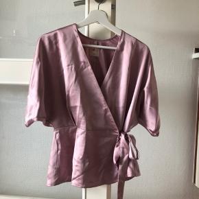 Satinskjorte med bindebånd i den fineste pastelfarve 🌷 Brugt, men super fin!