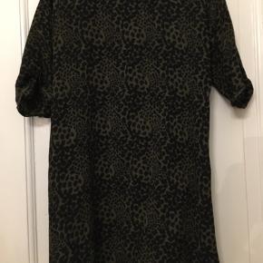 Black Lily, tunika - kort kjole str. 40, grøn og sort. Længde 90cm. 100% viscose. 150kr Kan hentes Kbh V eller sendes for 38kr DAO