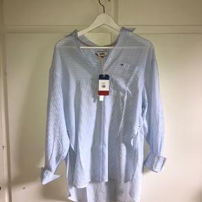 Oversized skjorte fra Tommy Hilfiger. Kan passes af en xs-m. Aldrig brugt, stadig med prismærke