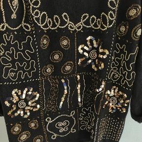 Sjov 80'er sweater strik med perler og pakietter i guld