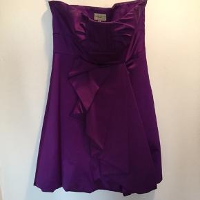 Flot stropløs Karen Millen kjole i satin. Perfekt til galla eller bryllup.