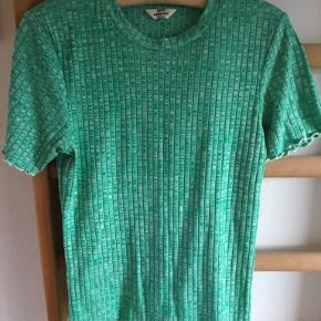T-shirt fra Mads Nørgård. Str. Xl. Farve grønmeleret.