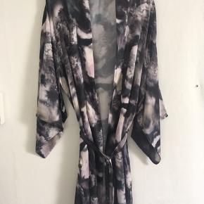Smukkeste kimono fra Neo Noir.  Str. onesize  Brugt få gange. Som ny.
