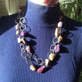 Flot og speciel halskæde med sten og metal. (Ved ikke hvilken type materiale der er brugt) Længde ca 122 cm