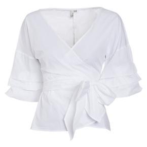Wrap shoulder bluse fra NLY Trend Ubrugt, kun strøget en enkelt gang, og mærkerne er fjernet.  Str 38 (medium)  OBS: sender ikke, men er fleksibel med mødested (KBH området)
