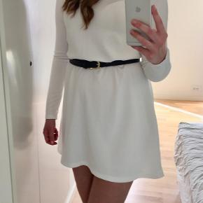 Enkel A-formet kjole fra Vero Moda str. S. Brugt ganske få gange og er derfor i fin stand. Kan styles på mange måder!
