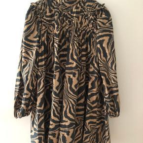 Ganni printed cotton poplin kjole med zebrastriber