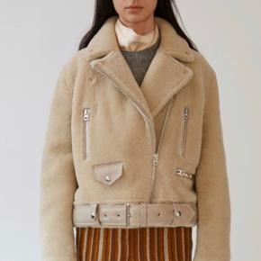 Smukkeste rulamsjakke fra Acne Studios. Brugt en håndfuld gange. Som ny! Nypris 17.000.  ***OBS: Bytter ikke. Handler via Mobilepay***