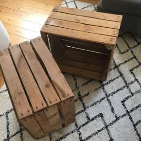 Sælger disse to kasser med hjul på. De har være brugt som sofabord. De er som de ser ud på billedet. Målene ses på de sidste billeder. Der er lidt stearin på det ene, men tænker det godt kan komme af. Kom med et bud. :-)Kommer fra røg og dyrefrit hjem.