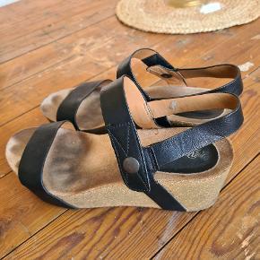 Dejlig skind sandal som sidder godt på foden. Korksål som gør at de er utrolig behagelige at gå i. Har den samme til salg i sandfarvet