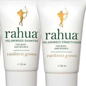 Voluminous Shampoo og Conditioner fra Rahua, som baserer sine produkter på økologiske planter, som håndblandes til den skønneste hårpleje (som naturligvis har fundet vej til Gwyneth Paltrows goop shop).  Indeholder rahuaolie, som via et højt indhold af essentielle omega 9 fedtsyrer, som styrker og plejer hvert enkelt hårstrå, og antioxidanter fra rosmarin og grøn te.  Desuden tilsat eucalyptus og citrongræs, som renser hår og hovedbund for produktrester og olie.  Resultatet er er hår med mere 'bounce' og volumen, så sættet er rigtig godt til fint, skandinavisk hår.  Nye og helt ubrugte, travel set med 22 ml. shampoo og 22 ml. conditioner.  Sælges samlet for 50 kr. + porto for begge 2 (20 kr. som B-brev ved handel via mobilepay)  Bytter ikke.