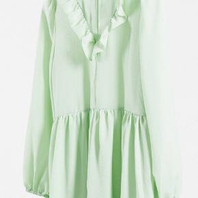 Kjolen er helt ny, men kan desværre ikke sendes retur, da jeg er kommet til at smide posen ud den kom i.. derfor prøver jeg mig frem med, at sælge den herinde.