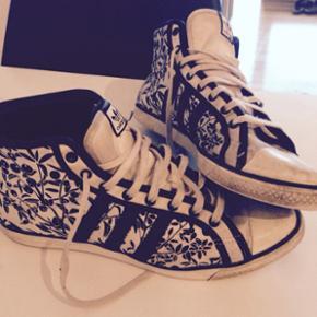 Adidas limited edition sneakers fra 'The Sleek Series'. Str. 38 2/3. Brugte med tegn på slid på stoffet foran. Derfor sælges de billigt!! ✔️