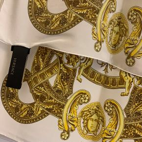 Langt tørklæde med klassisk Versace barokmønster og Medusa hoveder Stadig med tags