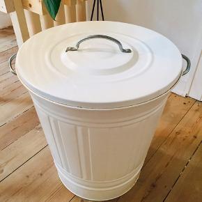 Fin lille vasketøjskurv - 45 cm høj og 40 bred.   Kom og hent. :)