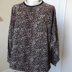 Bluse sælges da den er for kort. Bytter ikke. Brystmål: 66x2 Længde: 68 95% økologisk bomuld. 5 % Elasthan.  Se mit tøj i Bib.