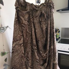 En fantastisk silke kjole med dyreprint , stropper til at regulære længde,over brystet bindes der evt en sløjfe.