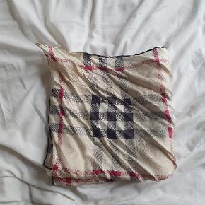 Flot lille Burberry tørklæde. 47 × 47 cm.